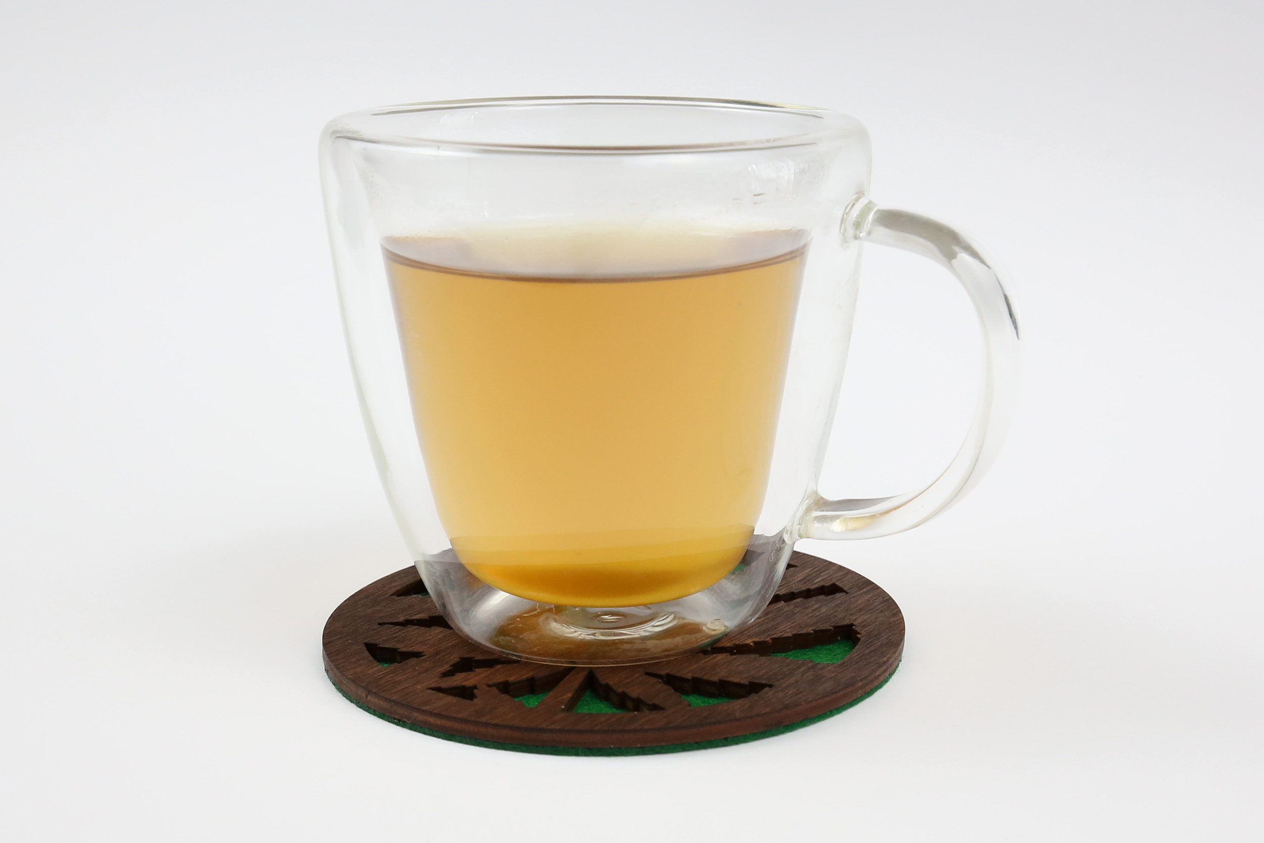 Medinis padėkliukas puodeliui – Kanapė