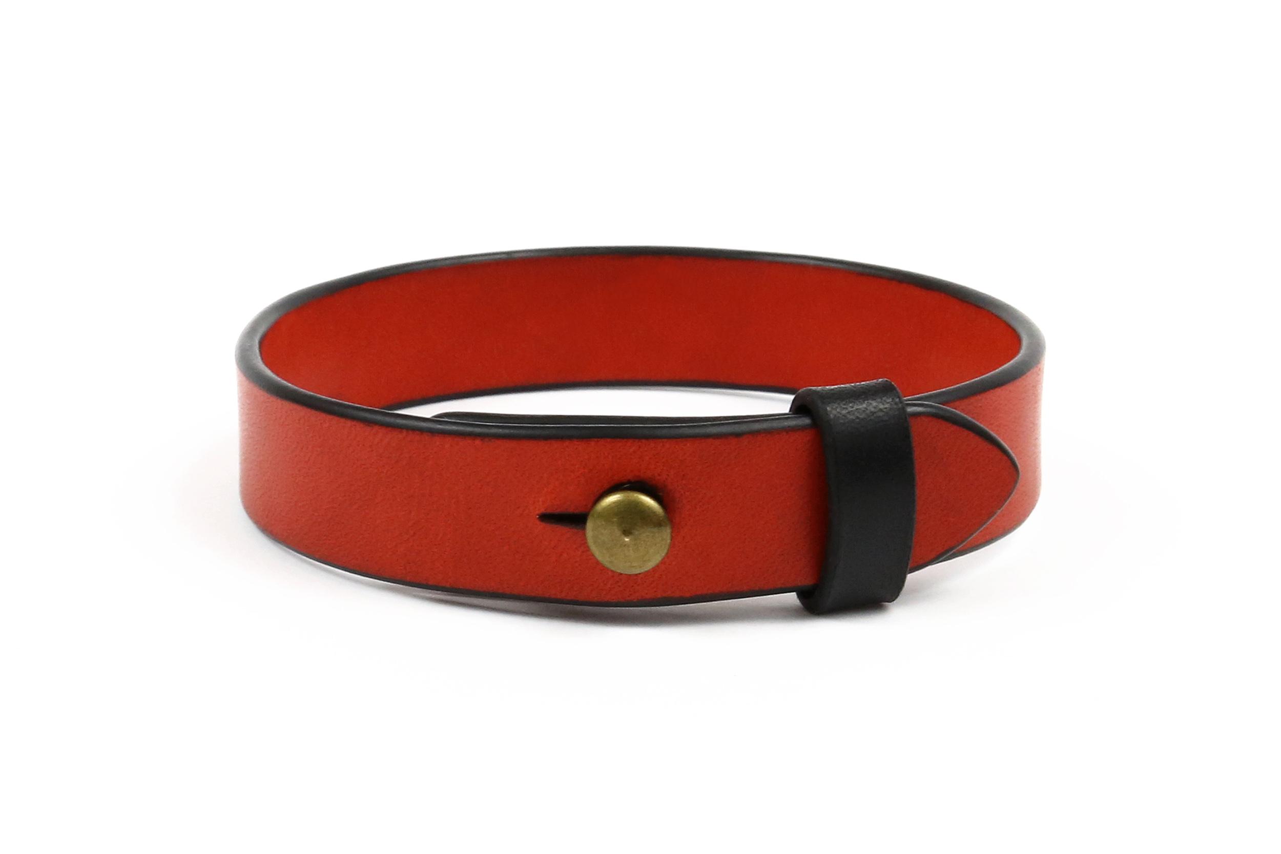 Raudona odinė apyrankė su individualiu graviravimu 1,5 cm