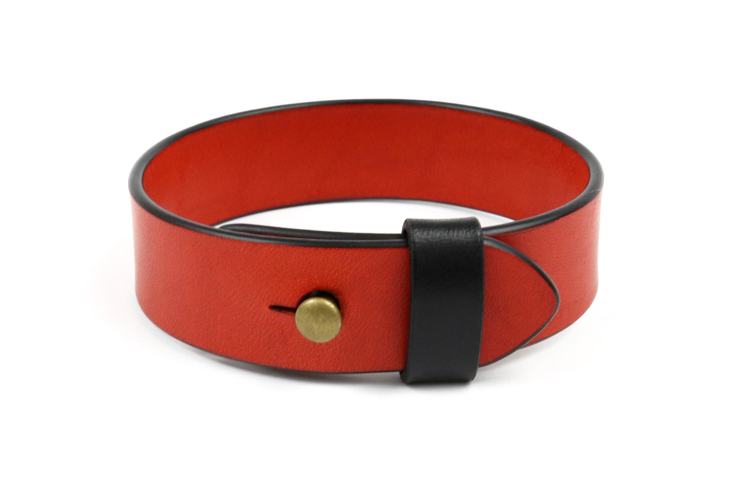 Raudona odinė apyrankė su individualiu graviravimu 2 cm